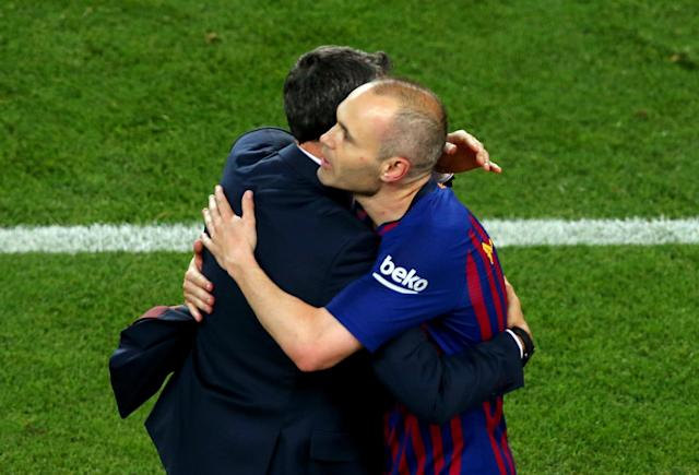 Soccer Football - La Liga Santander - FC Barcelona vs Real Sociedad - Camp Nou, Barcelona, Spain - May 20, 2018 Barcelona's Andres Iniesta with Barcelona coach Ernesto Valverde after the match REUTERS/Albert Gea