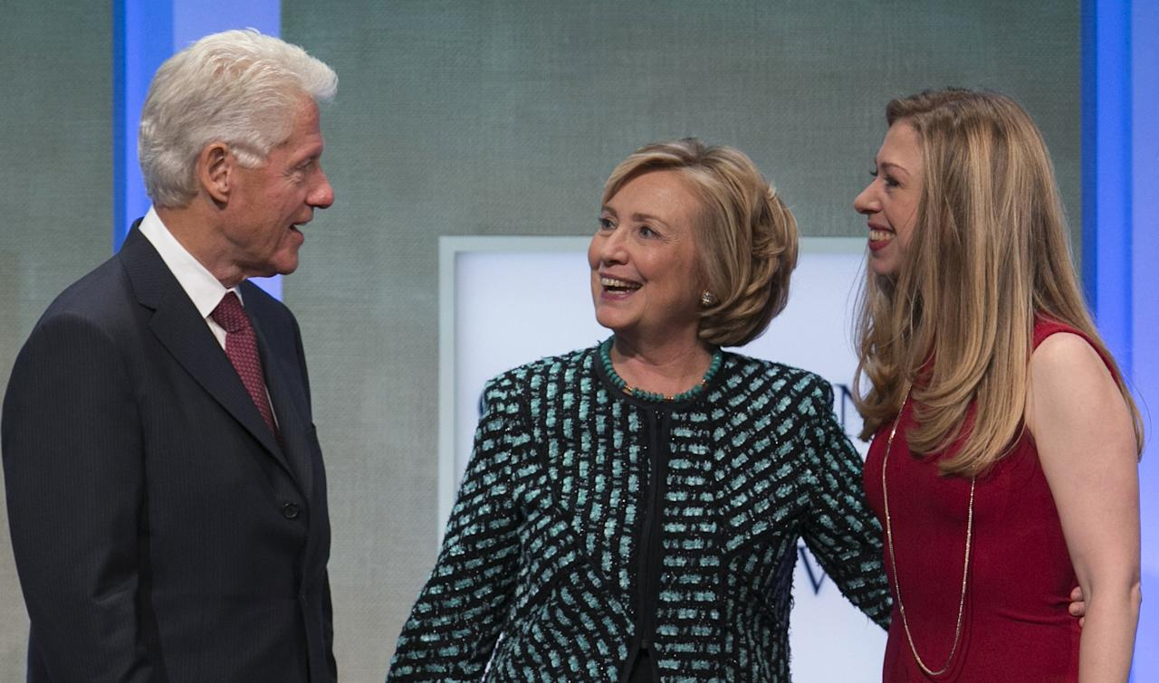 Former U.S. Secretary of State and former first lady Hillary Clinton (C) and daughter Chelsea Clinton chat with former U.S. President Bill Clinton at the Clinton Global Initiative 2013 (CGI) in New York September 24, 2013. REUTERS/Lucas Jackson (UNITED STATES - Tags: POLITICS)
