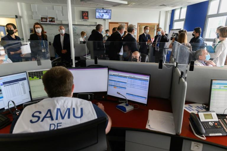 French officials visiting an emergency services centre after the seven-hour outage left people unable to reach medical, police or fire numbers