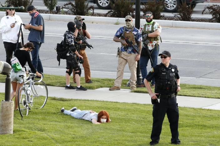 "<span class=""caption"">Armed white citizens and police have historically worked together in the U.S., though it's not clear whether that's what's happening here.</span> <span class=""attribution""><a class=""link rapid-noclick-resp"" href=""https://www.gettyimages.com/detail/news-photo/armed-counter-protesters-and-a-police-officer-stand-watch-news-photo/1223867050"" rel=""nofollow noopener"" target=""_blank"" data-ylk=""slk:George Frey/Getty Images"">George Frey/Getty Images</a></span>"