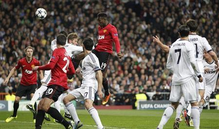 Manchester United's Danny Welbeck (C) scores the opening goal against Real Madrid during their Champions League soccer match at Santiago Bernabeu stadium in Madrid February 13, 2013. REUTERS/Paul Hanna