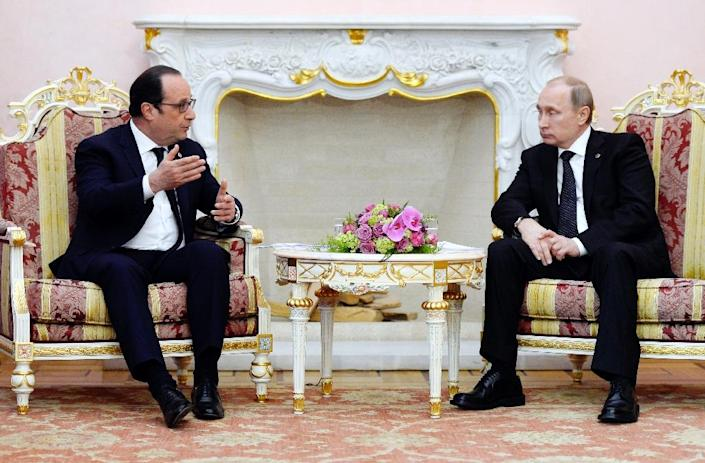 French President Francois Hollande (L) speaks with Russian President Vladimir Putin during a meeting on April 24, 2015 in Yerevan (AFP Photo/Alain Jocard)