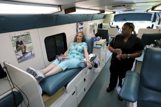 <p>Natalie Burgess of Temple Beth Orr in Coral Springs, Fla., gets ready for Valencia Melendez to draw blood during an emergency blood drive where people donate blood in advance of Hurricane Irma on Thursday, Sept. 7, 2017. (Photo: Mike Stocker/South Florida Sun-Sentinel via AP) </p>