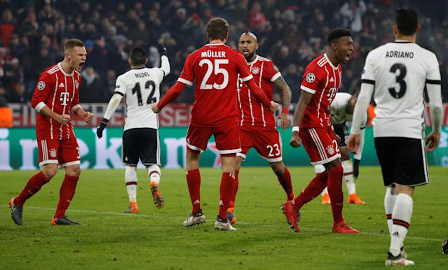 Soccer Football - Champions League Round of 16 First Leg - Bayern Munich vs Besiktas - Allianz Arena, Munich, Germany - February 20, 2018 Bayern Munich's Thomas Muller celebrates with Arturo Vidal after scoring their first goal REUTERS/Michaela Rehle