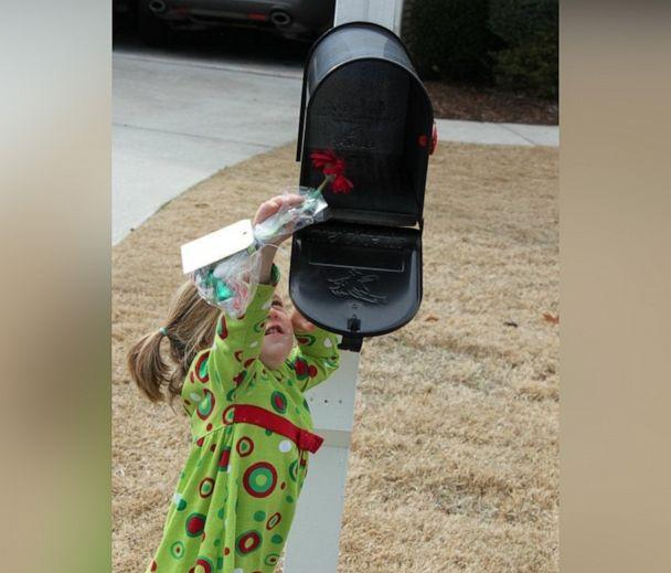 PHOTO: Courtney DeFeo's daughter Larson, then 2, puts a thank you note in the mailbox for the family's mail carrier in an undated handout photo. (Courtesy Courtney DeFeo)