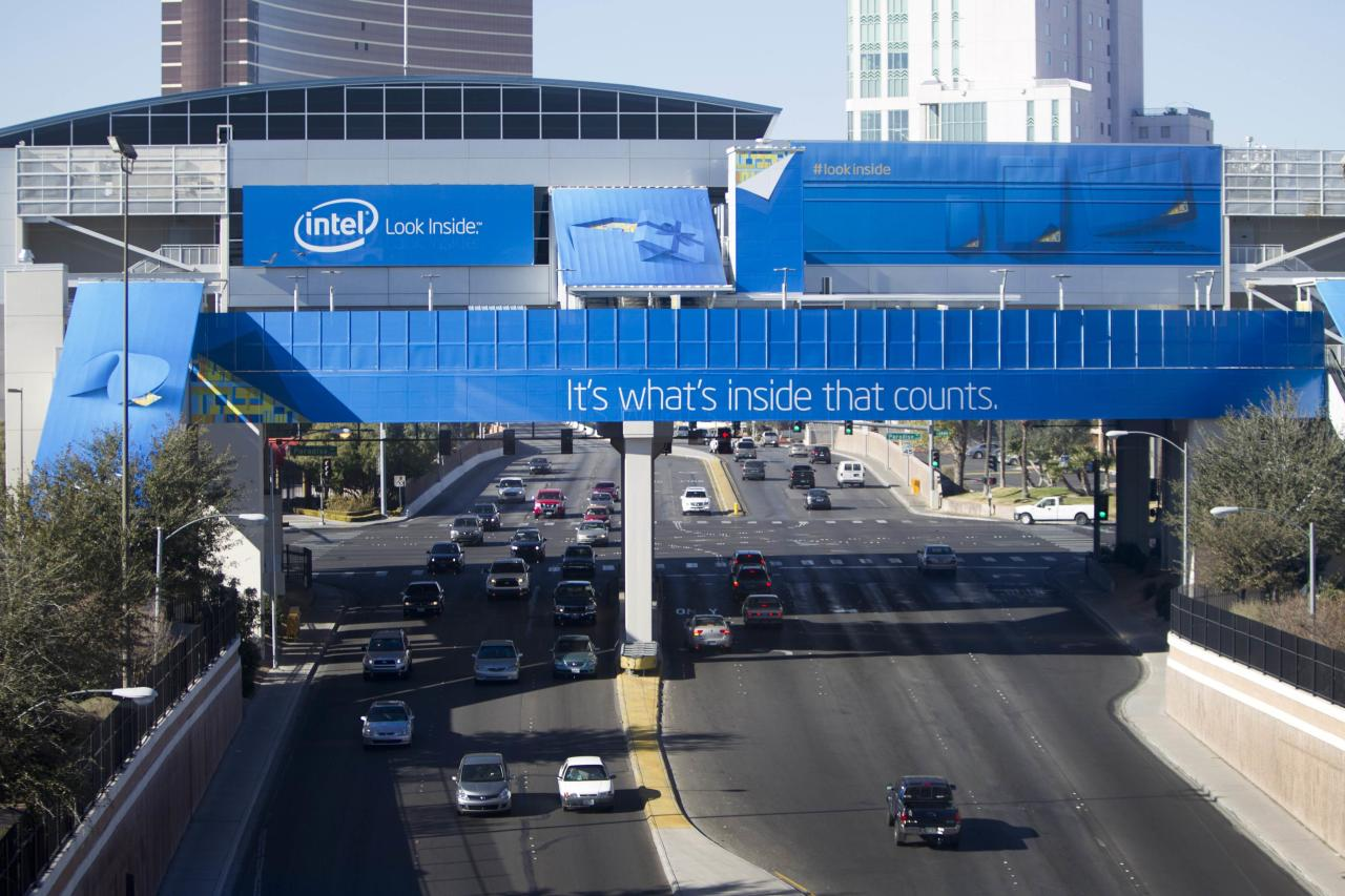 Traffic passes under a monorail station covered by an advertisement from Intel for the 2014 Consumer Electronics Show (CES) near the Las Vegas Convention Center in Las Vegas, Nevada, January 4, 2014. REUTERS/Steve Marcus (UNITED STATES - Tags: BUSINESS SCIENCE TECHNOLOGY)