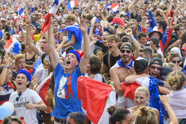 PHU30851 PUVI. Geneva (Switzerland Schweiz Suisse), 15/07/2018.- Supporters of the France national soccer team react as they watch a public broadcast of the FIFA World Cup final soccer match between France and Croatia in Geneva, Switzerland, 15 July 2018. (Croacia, Ginebra, Mundial de Fútbol, Suiza, Francia) EFE/EPA/MARTIAL TREZZINI