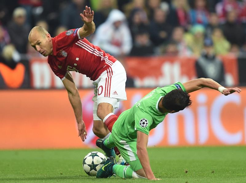 Bayern Munich's midfielder Arjen Robben (L) and Eindhoven's defender Hector Moreno vie for the ball during the UEFA Champions League group D football match FC Bayern Munich vs PSV Eindhoven in Munich, on October 19, 2016 (AFP Photo/Christof Stache)