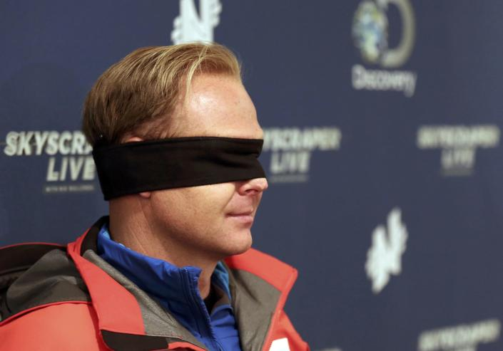 Daredevil Nik Wallenda wears his blindfold while answering questions about his blinfolded walk along a tightrope between two skyscrapers suspended 500 feet (152.4 meters) above the Chicago River in Chicago, Illinois, November 2, 2014. (REUTERS/John Gress)
