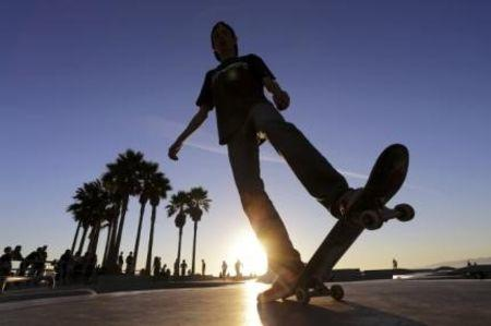 A skateboarder rides at the Venice Skatepark in Venice, California November 7, 2014. REUTERS/Jonathan Alcorn