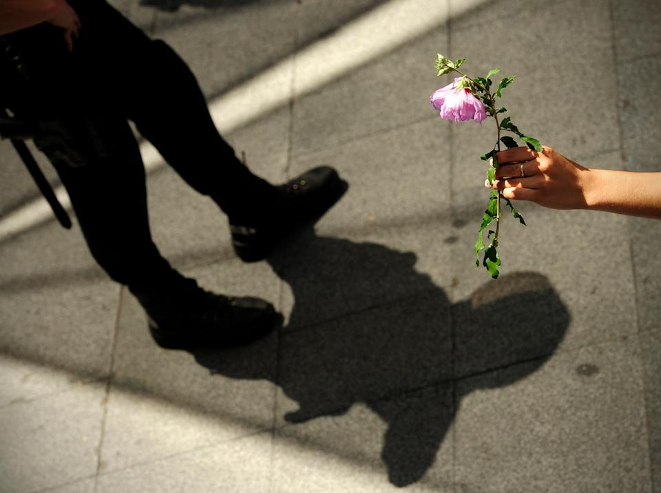 Flowers against batons.  There is no revolution without them.  There were also them in Madrid.