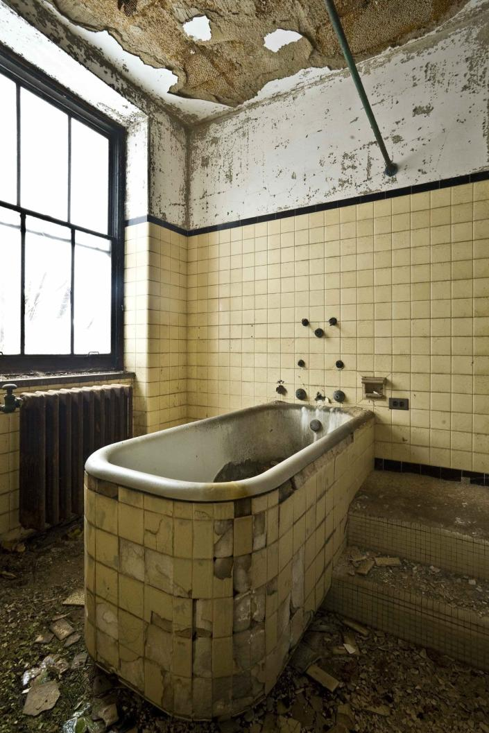 One of two large bathtubs in the western wing of the tuberculosis pavilion, 2008. Photograph by Ian Ference.