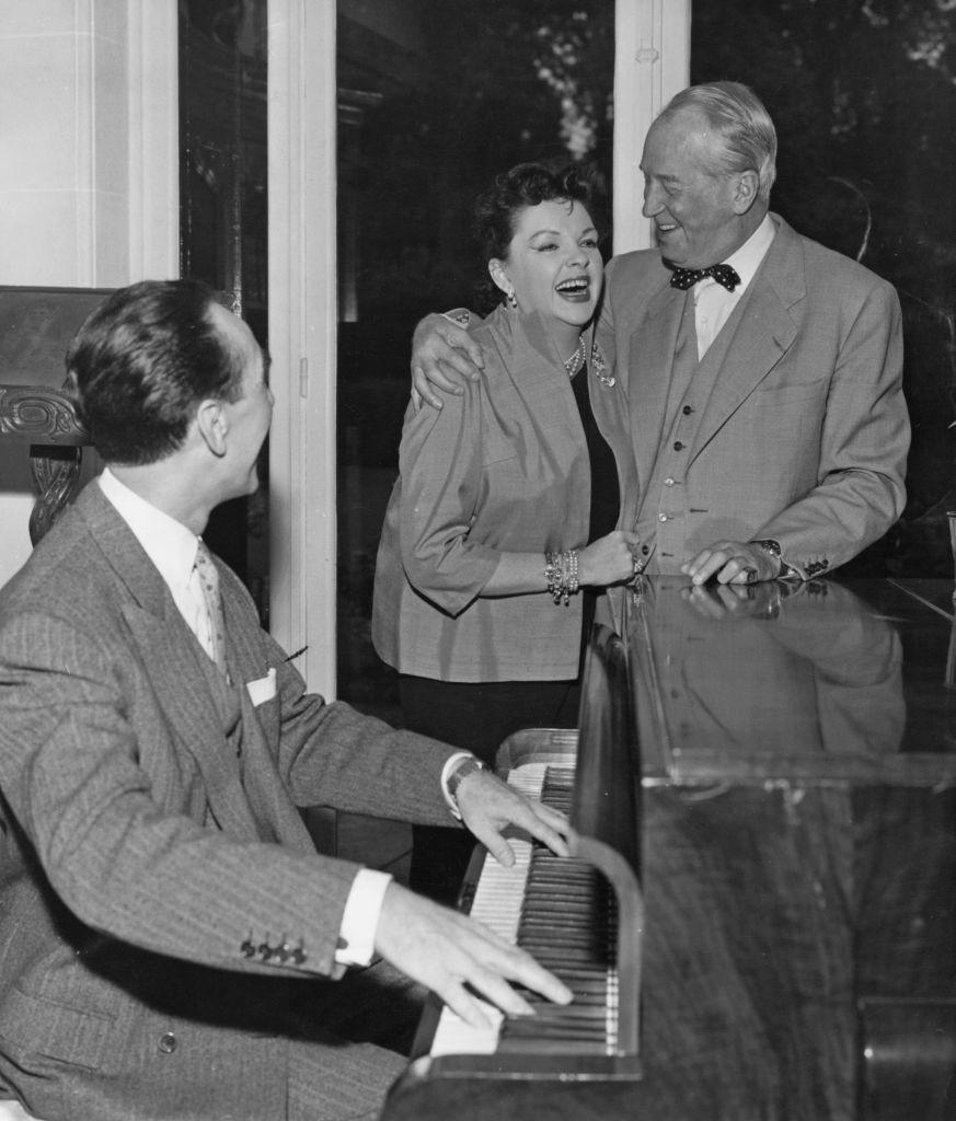 <p>Somewhere over the <del>rainbow</del> Atlantic Ocean, Judy Garland sang a duet with French actor and singer Maurice Chevalier. Accompanied by actor Félix Paquet on piano, the trio has a grand time at Chevalier's Marnes-la-Coquette home in 1960.</p>