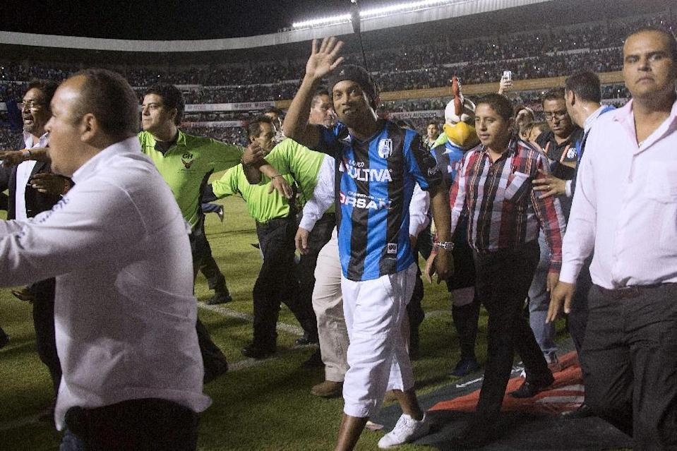 Queretaro's new signing Ronaldo de Assis, better known as Ronaldinho, is introduced to the fans at the Corregidora Stadium in Queretaro, Mexico, in September 2014 (AFP Photo/Victor Straffon)
