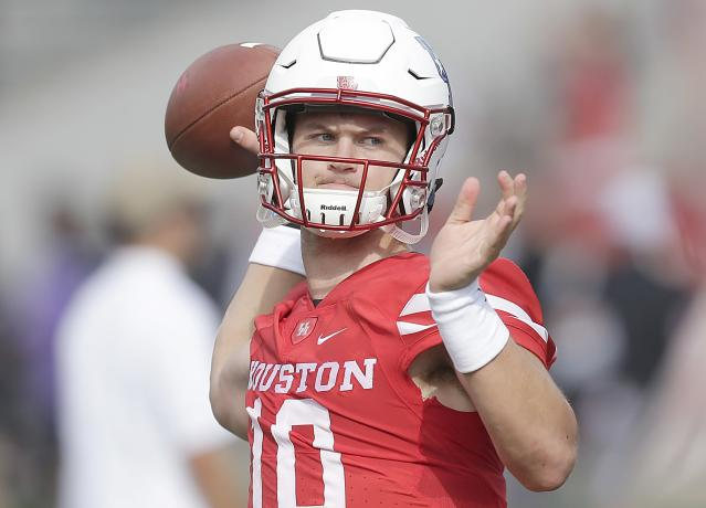 "HOUSTON, TX – SEPTEMBER 23: <a class=""link rapid-noclick-resp"" href=""/ncaaf/players/239051/"" data-ylk=""slk:Kyle Allen"">Kyle Allen</a> #10 of the <a class=""link rapid-noclick-resp"" href=""/ncaab/teams/ham/"" data-ylk=""slk:Houston Cougars"">Houston Cougars</a> warms up before playing against <a class=""link rapid-noclick-resp"" href=""/ncaab/teams/tas/"" data-ylk=""slk:Texas Tech Red Raiders"">Texas Tech Red Raiders</a> at TDECU Stadium on September 23, 2017 in Houston, Texas. (Photo by Thomas B. Shea/Getty Images)"