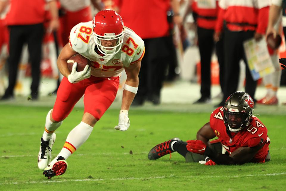 Travis Kelce of the Kansas City Chiefs runs past Lavonte David of the Tampa Bay Buccaneers. (Photo by Mike Ehrmann/Getty Images)