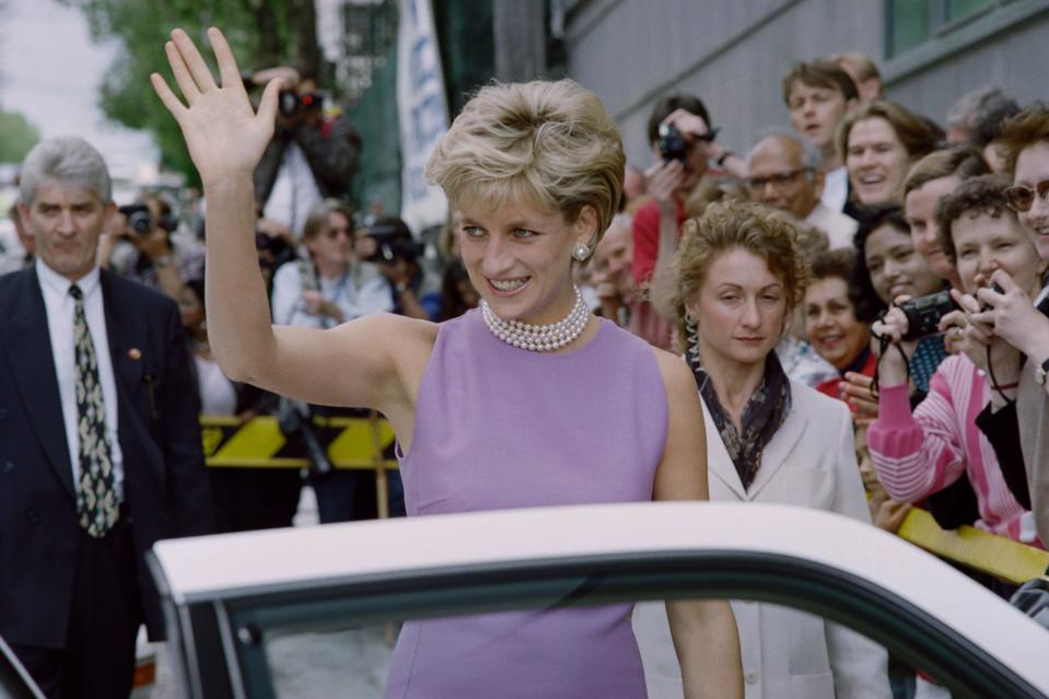 Diana, Princess of Wales, waves to the public as she leaves the Victor Chang Cardiac Research Institute in Sydney on November 1, 1996. Diana is in Sydney on a four-day private visit and to attend various fund raising functions. / AFP PHOTO / Torsten BLACKWOOD        (Photo credit should read TORSTEN BLACKWOOD/AFP via Getty Images)