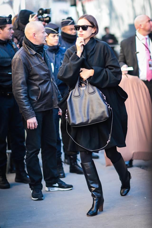 <p>Bradley Cooper's girlfriend kept warm in a cozy black coat. <em>(Photo: Getty Images)</em> </p>