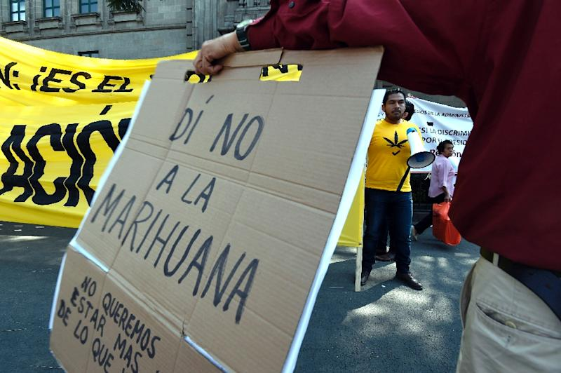 People demonstrate for and against the decriminalization of marijuana in front of the Supreme Court of Justice in Mexico City on November 4, 2015 (AFP Photo/Alfredo Estrella)