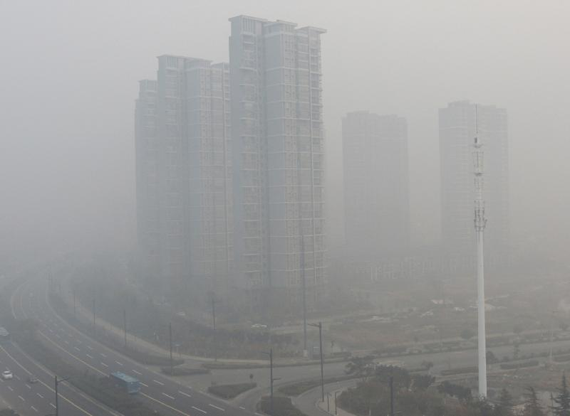 Residential blocks are seen covered in smog in Lianyungang, eastern China's Jiangsu province on November 30, 2015 (AFP Photo/)