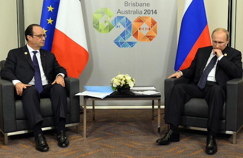 France's President Francois Hollande (left) meets with his Russian counterpart Vladimir Putin on the sidelines of the G20 Summit in Brisbane, on November 15, 2014 (AFP Photo/Alain Jocard)