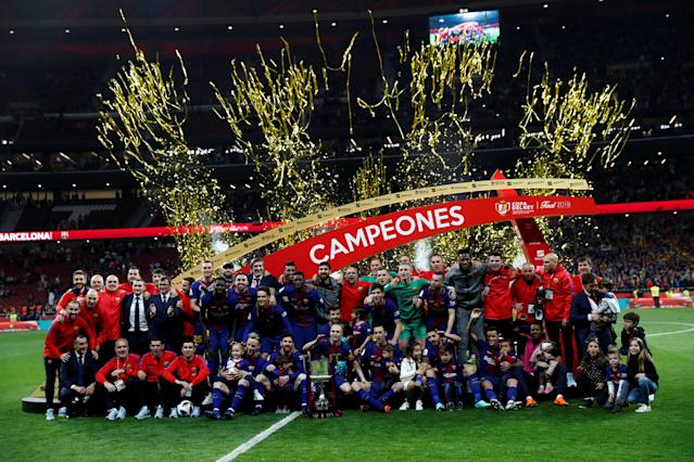 Soccer Football - Spanish King's Cup Final - FC Barcelona v Sevilla - Wanda Metropolitano, Madrid, Spain - April 21, 2018 General view of Barcelona players and staff celebrating with the trophy after the match REUTERS/Juan Medina TPX IMAGES OF THE DAY