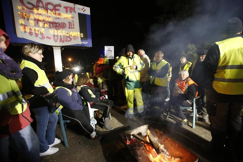 'Yellow vests' listen to Macron's speech on the A9 near Le Boulou in southern France (AFP Photo/Raymond ROIG)