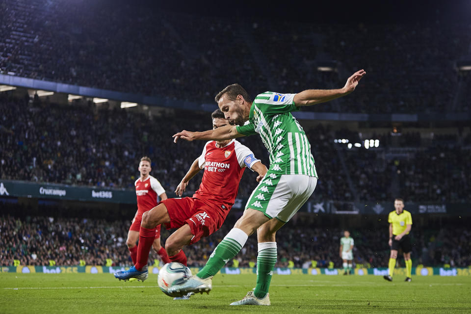 SEVILLE, SPAIN - NOVEMBER 10: Sergio Canales of Real Betis competes for the ball with Jesus Navas Gonzalez of Sevilla FC during the Liga match between Real Betis Balompie and Sevilla FC at Estadio Benito Villamarin on November 10, 2019 in Seville, Spain. (Photo by Quality Sport Images/Getty Images)