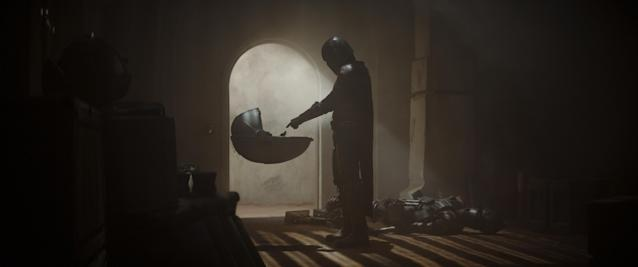 Mando senses a connection with Baby Yoda in the first episode of 'The Mandalorian' (Photo: Lucasfilm Ltd./Disney+)