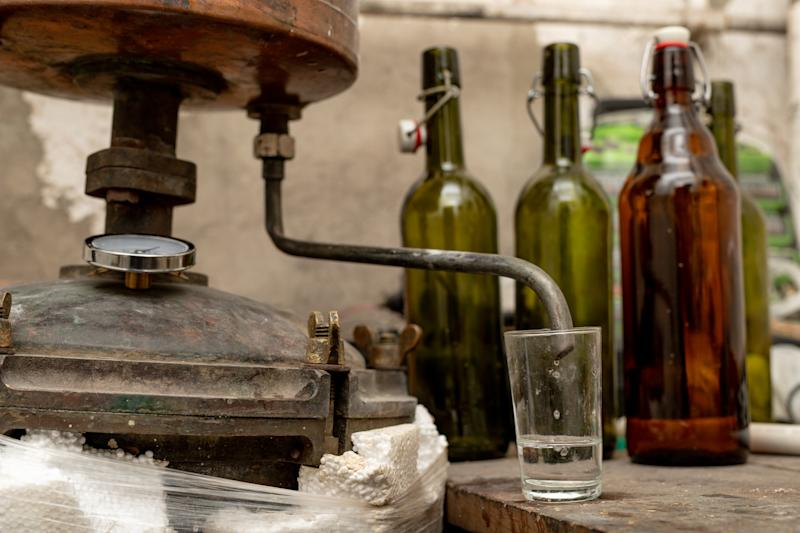 Alcohol production in home conditions. Accessories for the production of homemade moonshine. Place - home basement. (Alcohol production in home conditions. Accessories for the production of homemade moonshine. Place - home basement., ASCII, 116 compon