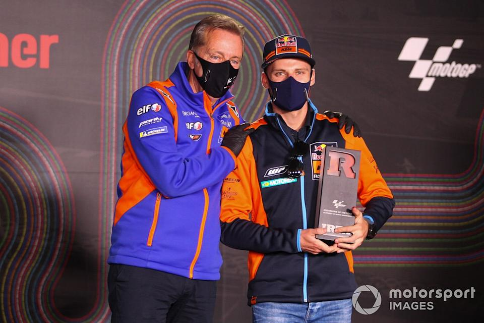 """Brad Binder, Red Bull KTM Factory Racing, Rookie del año 2020, con Herve Poncharal<span class=""""copyright"""">Gold and Goose / Motorsport Images</span>"""