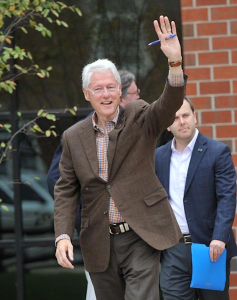 Former U.S. President Bill Clinton greets supporters after speaking at an Iowa Democratic party early vote event at Simpson College October 12, 2016 in Indianola, Iowa (AFP Photo/Steve Pope)