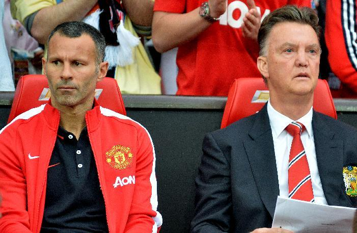 Manchester United's assistant manager Ryan Giggs (L) and manager Louis Van Gaal attend a pre-season friendly against Valencia at Old Trafford in Manchester on August 12, 2014 (AFP Photo/Paul Ellis)