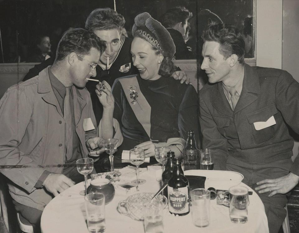 Lady Iris Mountbatten, centre, at a party for servicemen hosted by the Hotel Delmonico in New York, on Jan. 9, 1947. (Photo: The Associated Press)