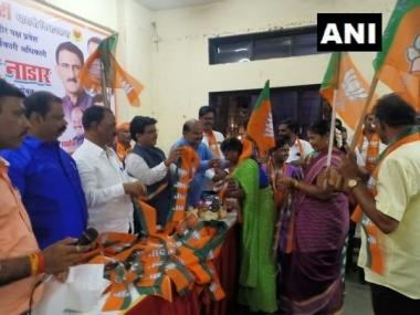 Upset with Uddhav Thackeray's decision to form alliance with NCP-Congress, 400 Shiv Sena workers join BJP at Mumbai event