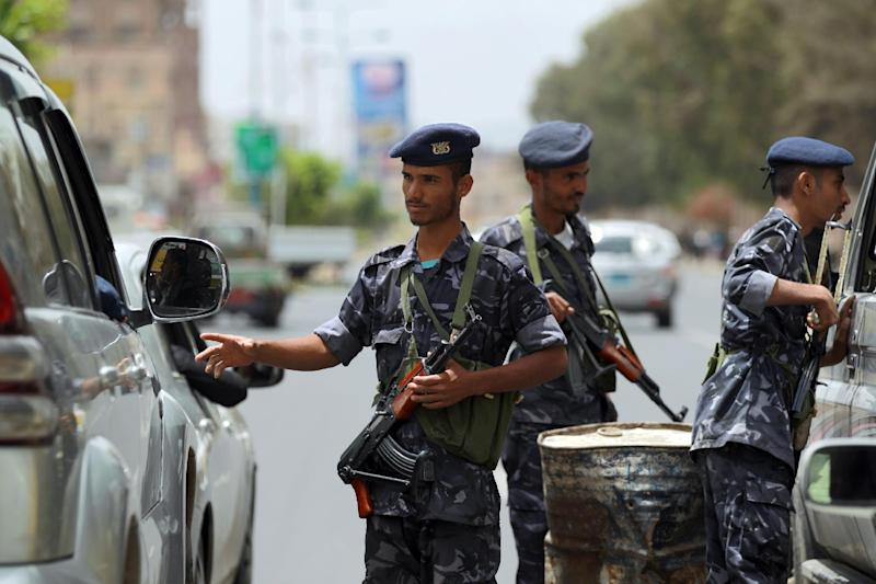 Yemeni security forces man a checkpoint around the interior ministry in the capital Sanaa on August 23, 2014 (AFP Photo/Mohammed Huwais)