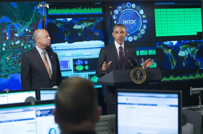 US President Barack Obama speaks about cybersecurity alongside Secretary of Homeland Security Jeh Johnson as he visits the National Cybersecurity and Communications Integration Center in Arlington, Virginia on January 13, 2015 (AFP Photo/Saul Loeb)