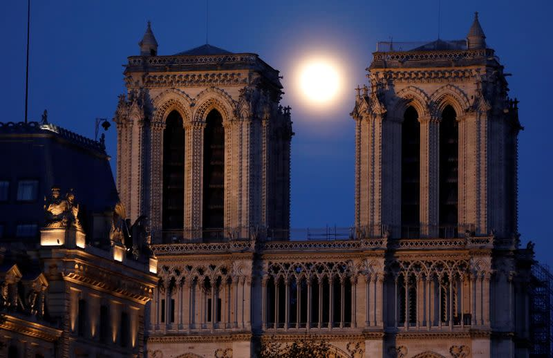 The pink supermoon rises in Paris