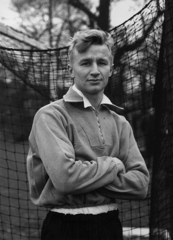 27th November 1951:  Arsenal and England footballer, Arthur Milton.  (Photo by J. Wilds/Keystone/Getty Images)