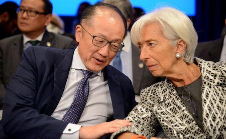 World Bank Group President Jim Yong Kim (L) confers with IMF Managing Director Christine Lagarde prior to the start of the Development Committee Plenary, as part of the IMF and World Bank's 2017 Annual Spring Meetings, in Washington, U.S., April 22, 2017.   REUTERS/Mike Theiler