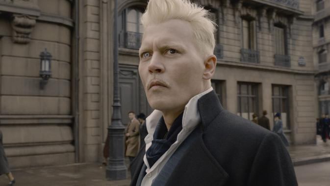 Johnny Depp sebagai Grindelwald di Fantastic Beasts: The Crimes of Grindelwald. (Warner Bros via IMDb)