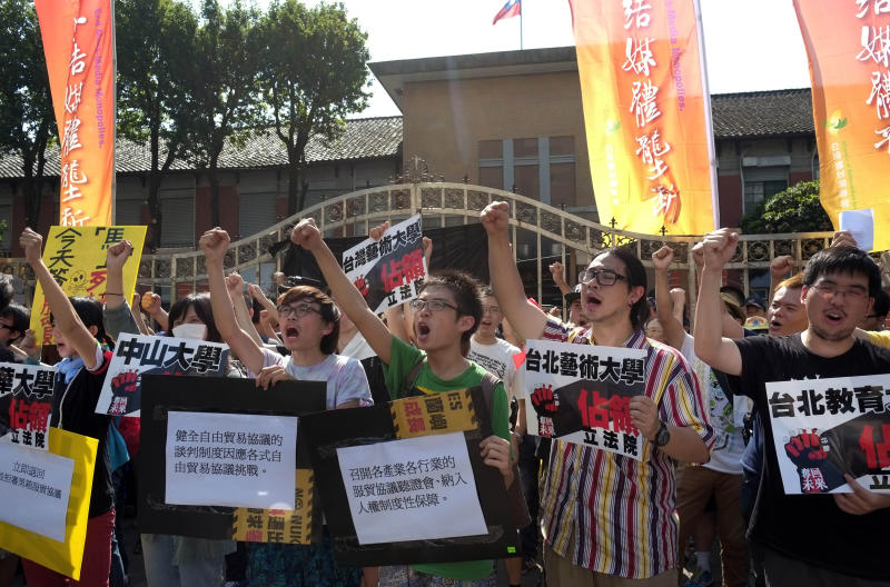 Scuffles erupt over Taiwan-China trade pact