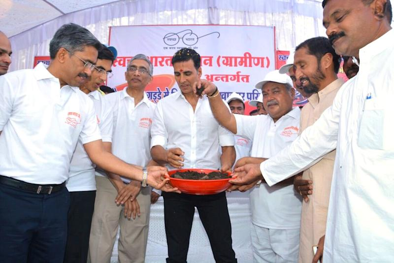 Akshay Kumar cleans toilet with Union minister in Khargone district of Madhya Pradesh