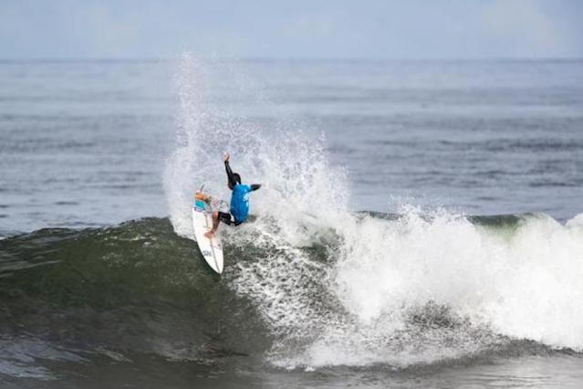 Peterson Crisanto garantiu vaga após classificação para as oitavas de final do Hawaiian Pro (@WSL/Tony Heff)