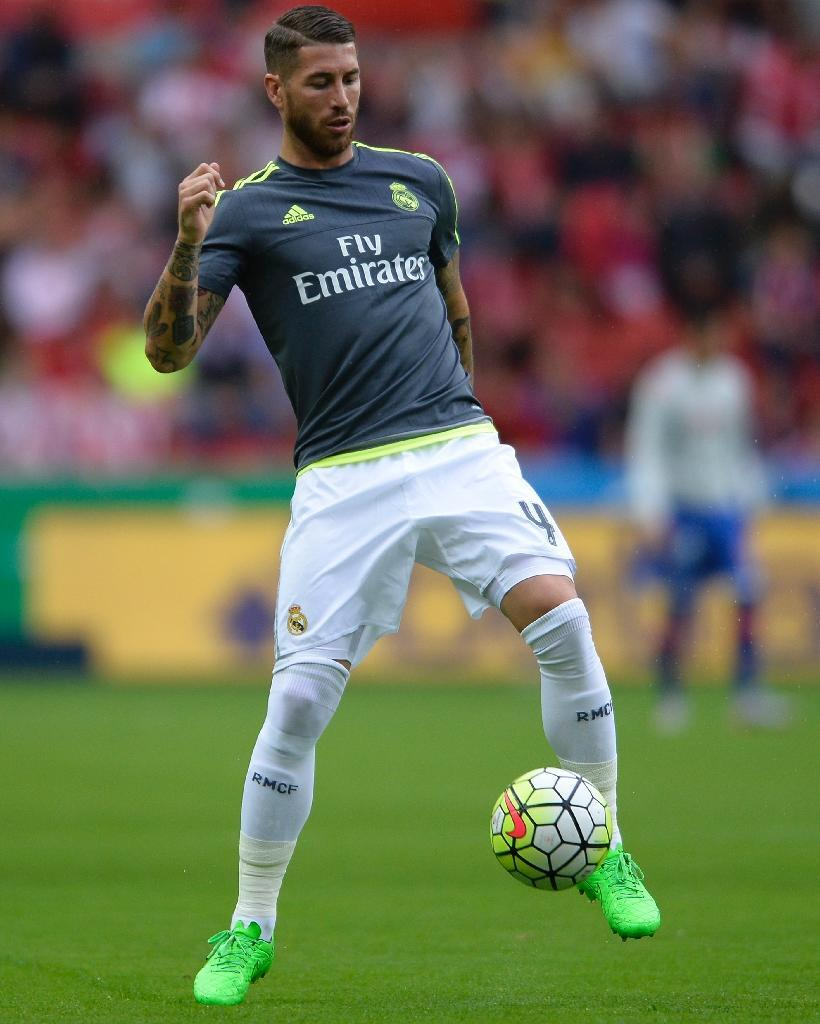 Real Madrid defender Sergio Ramos trains before the start of a Spanish league match at the El Molinon stadium in Gijon on August 23, 2015 (AFP Photo/Miguel Riopa)