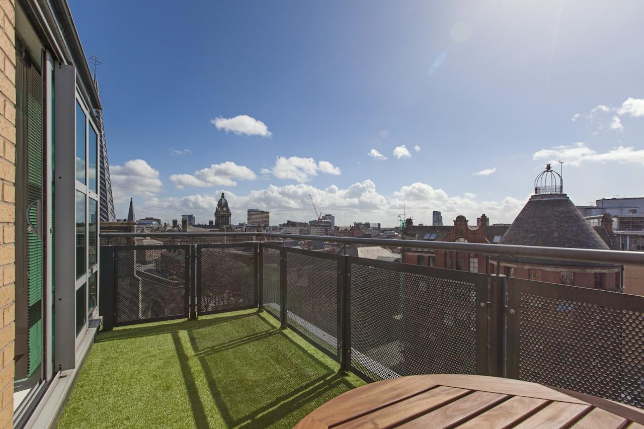 "<p>A <a rel=""nofollow"" href=""https://www.airbnb.co.uk/rooms/1670067"">bright, modern and comfortable one-bed apartment</a> with great views of the city skyline and large rooftop terrace with superb views of the city. Available for £60 a night. </p>"