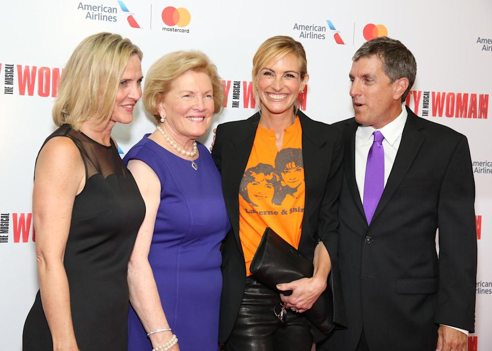"""Julia Roberts posed with Garry's family — daughter Kathleen Marshall,; widow, Barbara Marshall, and son, Scott Marshall — at the Garry Marshall Tribute Performance of """"Pretty Woman:The Musical"""" at the Nederlander Theatre. They all sat together to watch the performance. (Photo: Getty Images)"""