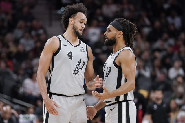 Derrick White(圖左)與Patty Mills。(AP Photo/Darren Abate)