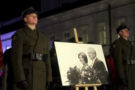 Poland's soldiers stand near a portrait of late Polish President Lech Kaczynski and wife Maria during a remembrance ceremony for the 2010 plane crash that killed Kaczynski and 95 others in Smolensk, in front of the Presidential Palace in Warsaw, Poland December 10, 2015. REUTERS/Przemek Wierzchowski/Agencja Gazeta