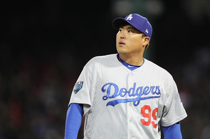 korean pitcher ryu accepts dodgers qualifying offer